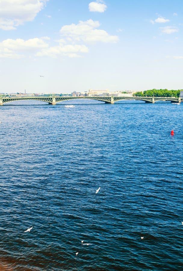 E 内娃河和三位一体桥梁,圣彼德堡旅行风景的水区域  免版税库存照片