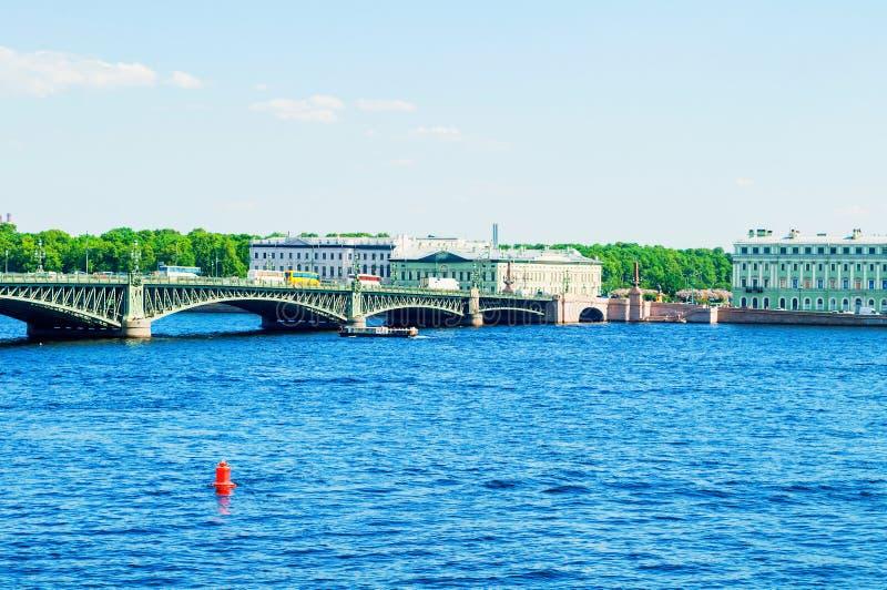 E 内娃河的水地区有三位一体桥梁的在背景 旅行风景 免版税库存照片