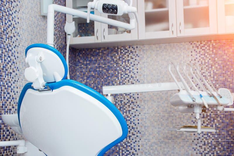E ?? 医学、医疗设备和口腔医学concep 有椅子的牙齿诊所办公室 牙齿办公室 免版税图库摄影