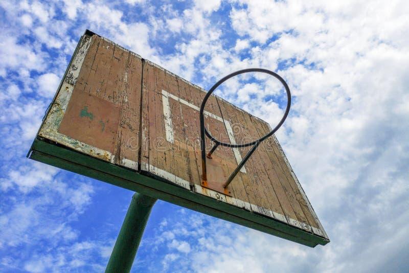 E 反对天空蔚蓝的老木篮球盾 r 免版税库存图片