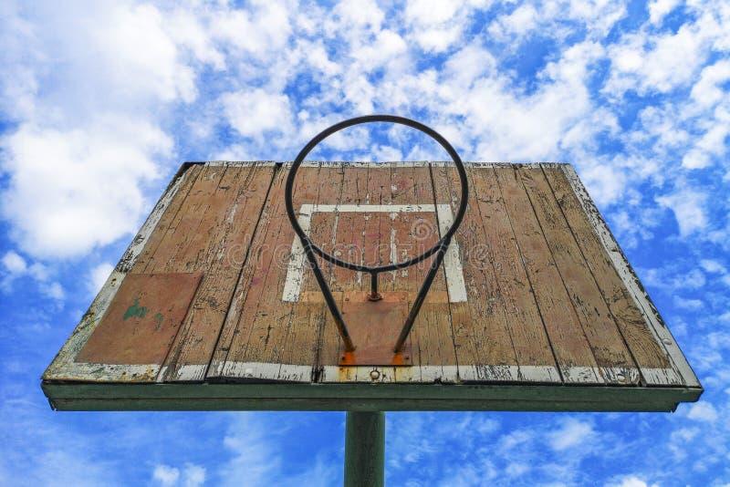 E 反对天空蔚蓝的老木篮球盾 r 库存图片