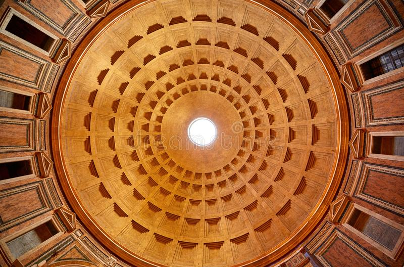 E 古老罗马万神殿圆顶  免版税库存照片