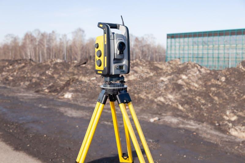 E 土地测量员设备 在三脚架的机器人总驻地经纬仪身分 设备使用了为 图库摄影