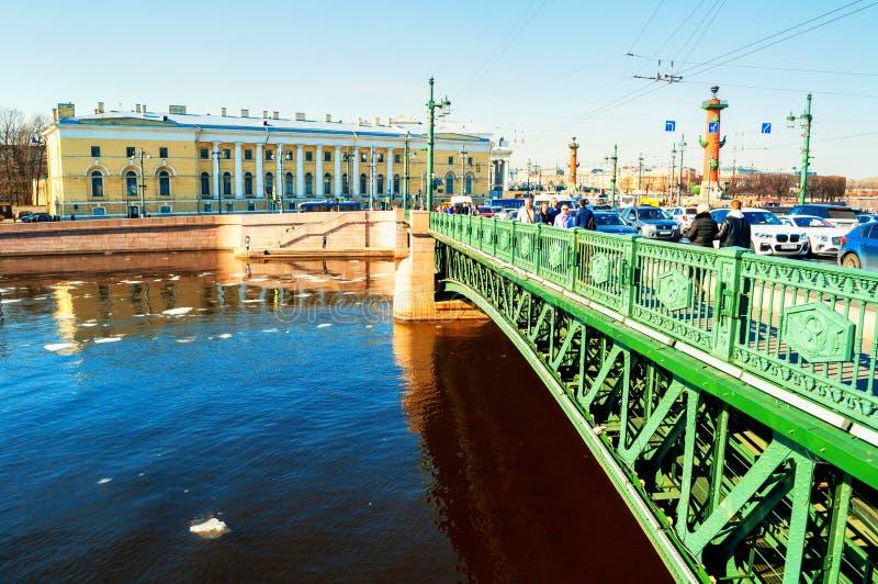 E 在内娃河的宫殿桥梁在圣彼德堡俄罗斯和动物学博物馆大厦 库存照片