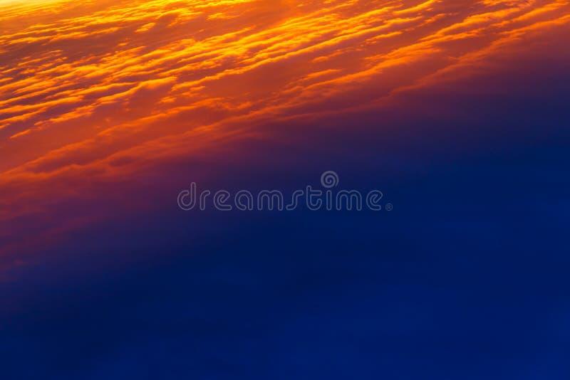 E 在日落的五颜六色的剧烈的天空 层状雨云 明亮的蓝色橙色背景 图库摄影