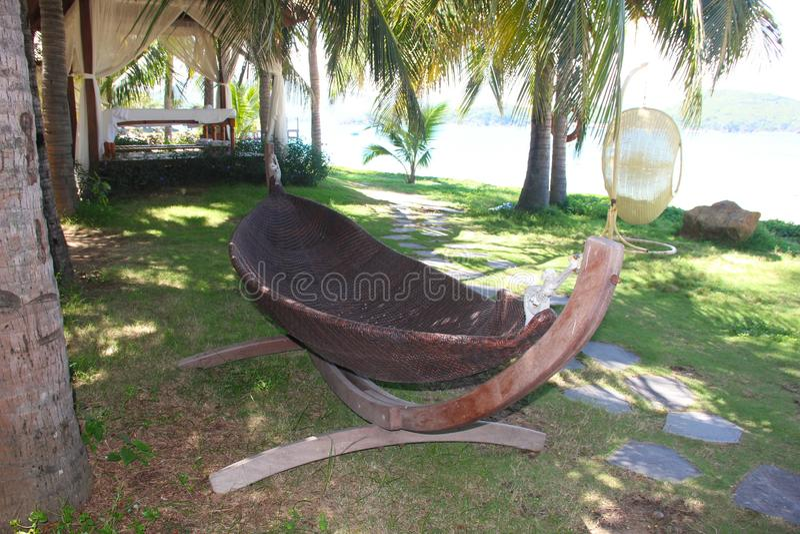 E 在沙滩的椅子在海附近 旅游业的夏天休假和假期概念 激动人心的热带l 库存图片