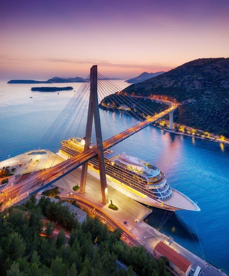 E 在游轮的鸟瞰图在日落期间 冒险和旅行 与巡航划线员的风景在亚得里亚海的s 免版税库存图片