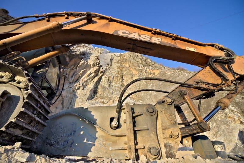 E 2019?3?28? 在白色卡拉拉大理石猎物的一种挖掘机  库存图片