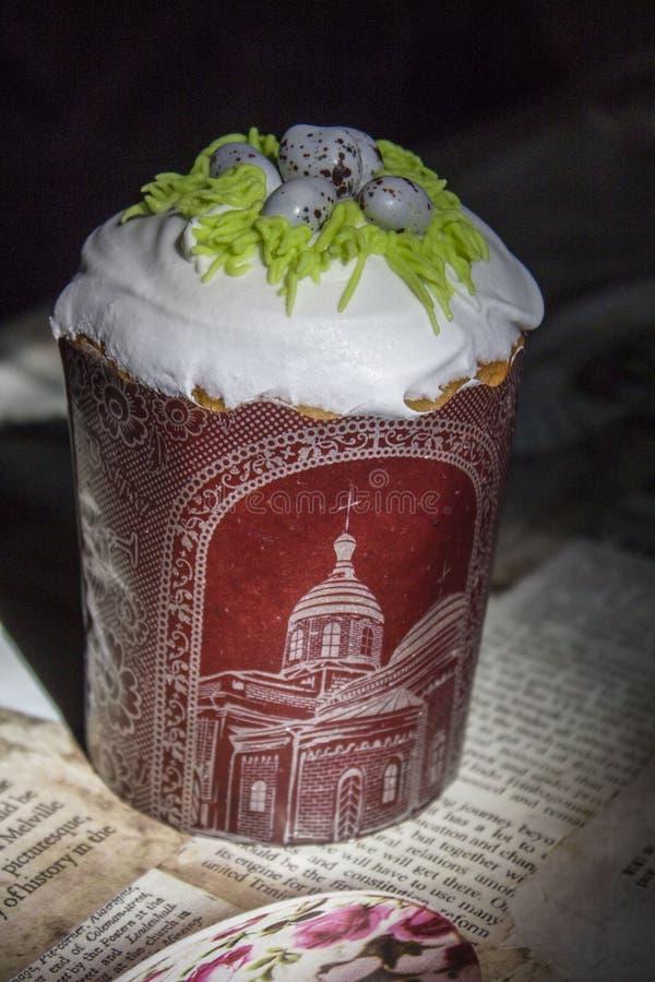 E 复活节杯形蛋糕和鹌鹑蛋 ?? 桌装饰 鹌鹑巢宗教 天主教徒 免版税库存照片