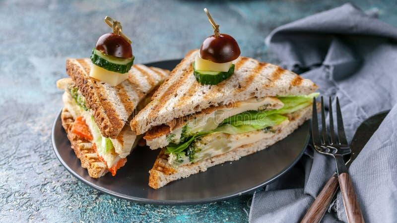E 多士用炒蛋、菜和乳酪 可口早餐或快餐 免版税图库摄影