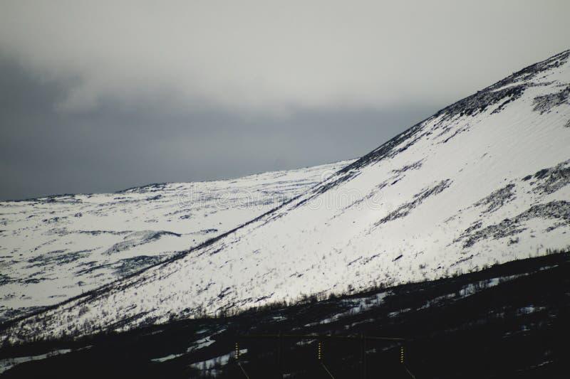 E 多雪的小山 免版税库存图片