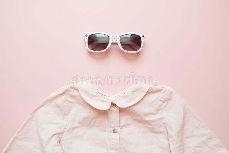 E 女婴与衬衣和玻璃的时尚神色 免版税库存图片