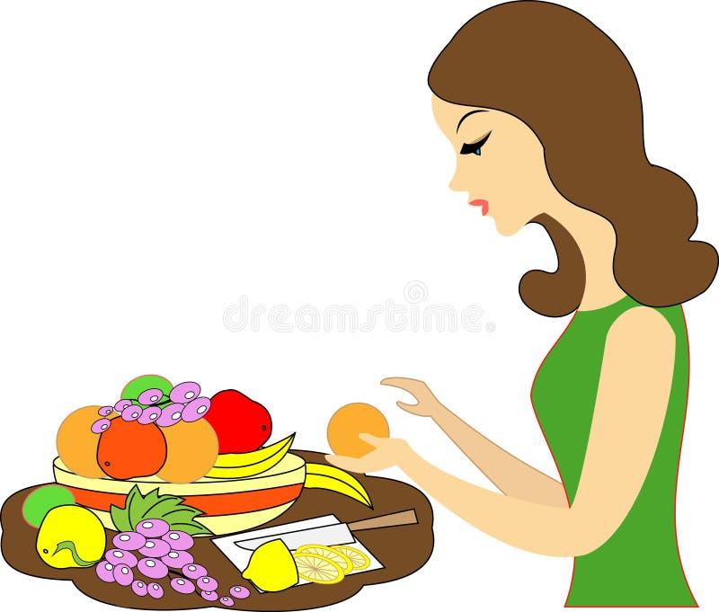 E 女孩服务一张欢乐桌 她在不同的果子板材投入:蜜桔,葡萄,柠檬 皇族释放例证