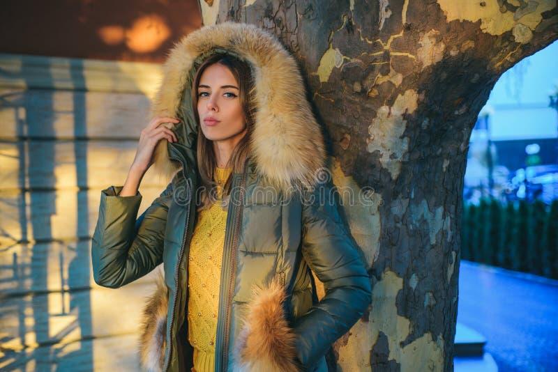 E 妇女享受好日子户外 秋季成套装备 r 华美的俏丽的妇女毛茸的外套 免版税库存照片
