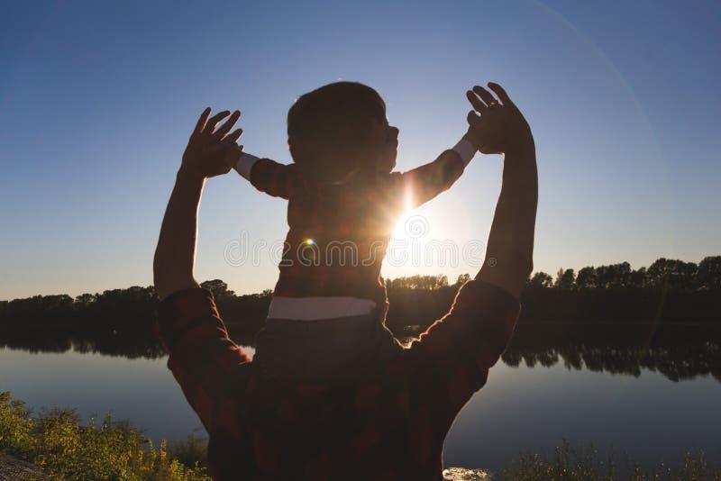 E 小男孩坐父亲的肩膀 库存照片