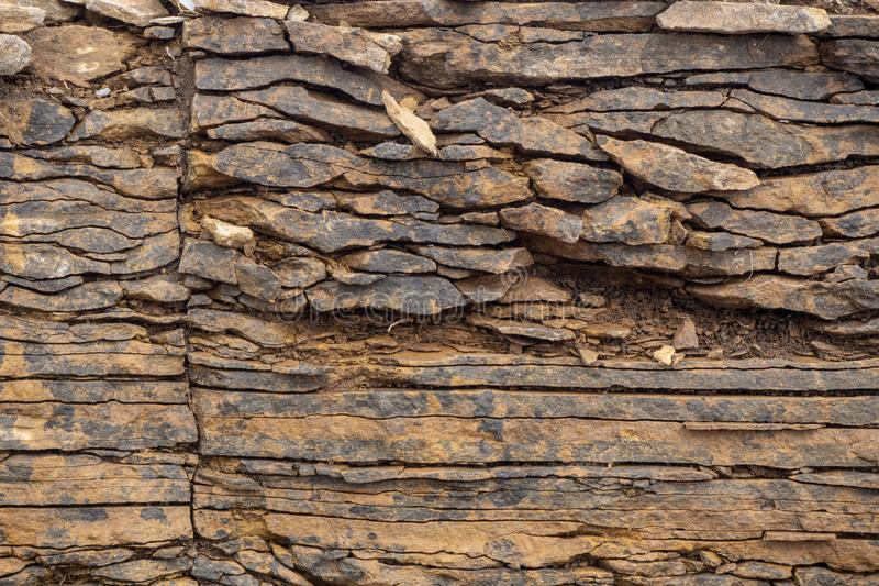 ?? E 层数和镇压在水成岩在岩石 免版税库存图片