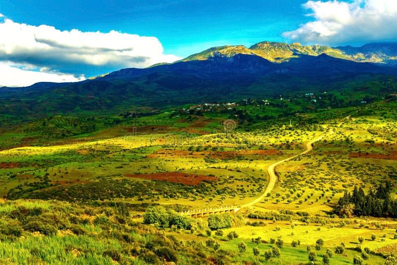 E 山和谷的看法与土地、天空和云彩 免版税图库摄影