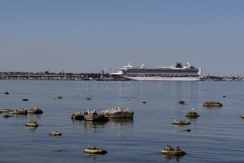 E 巡航划线员在塔林老镇码头的海  免版税库存照片
