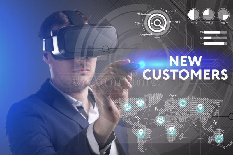 E 工作在虚拟现实玻璃的年轻商人看题字:新 库存例证