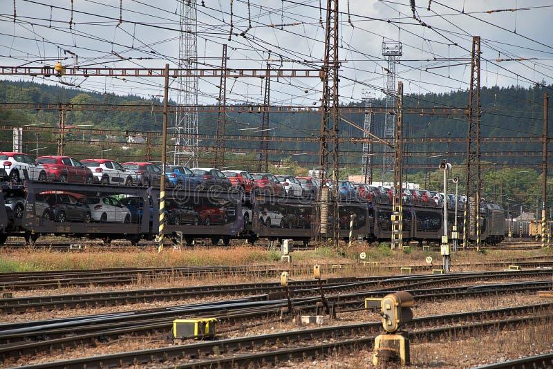 E 4 2019年:运输的汽车火车无盖货车   免版税库存图片