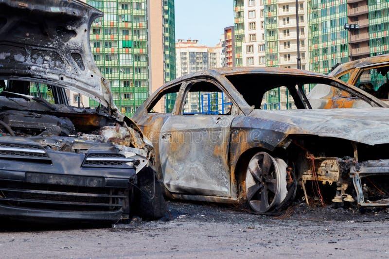 ?? E 2019年7月17日 在火以后的部分地被烧的汽车,身体部位烧了门把手和破裂的玻璃 免版税图库摄影