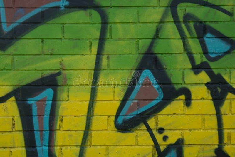 E 2019年4月4日-在brich墙壁上的绿色街道画字法 街道画霓虹绿色片断  E 库存照片
