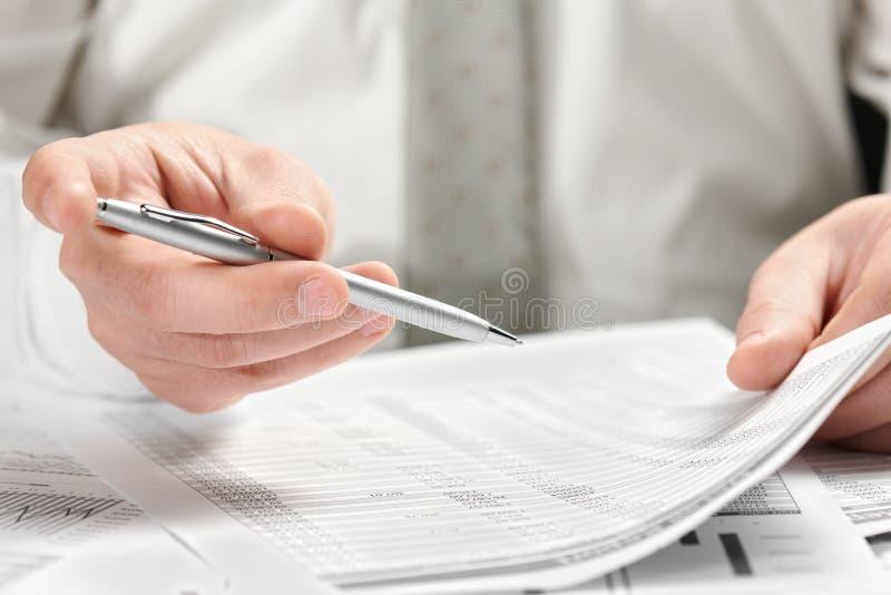 E 手和文件特写镜头 库存照片