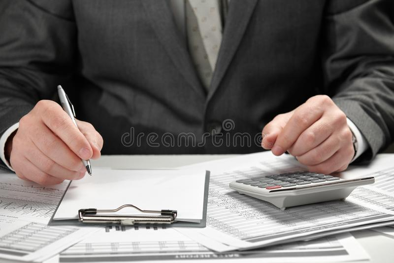 E 手和文件特写镜头 免版税图库摄影