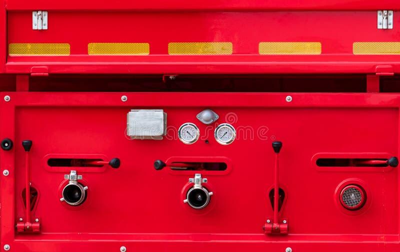 E 抢救引擎 红色救火车车侧视图  消防队卡车 高压防火安全泵浦,测量仪 库存图片