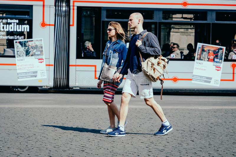 E 2019?4?7? 握在电车背景的浪漫年轻夫妇手 免版税库存照片