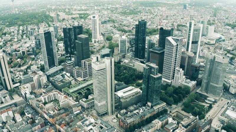 E 摩天大楼的鸟瞰图在市中心 免版税库存图片