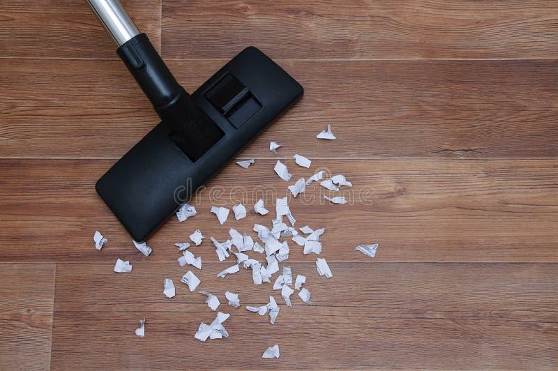 E 收集纸垃圾吸尘器木棕色地板 库存图片