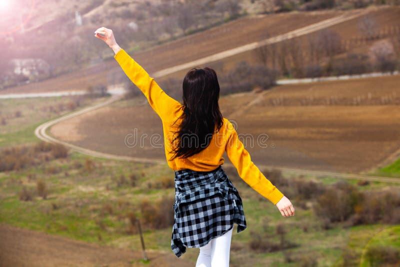 享受自然的妇女 E ?? 愉快的旅客女孩 免版税库存照片