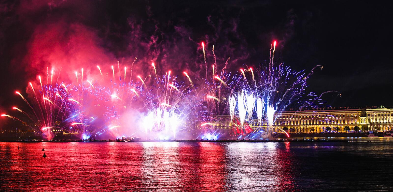 E 明亮的激光展示 假日在城市 库存图片