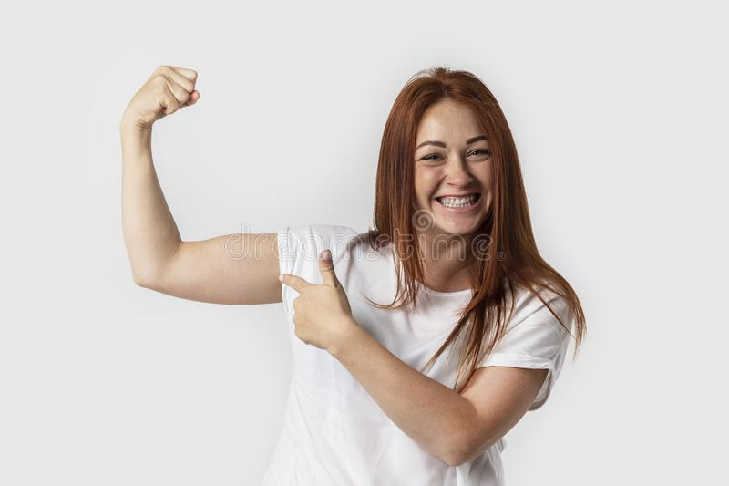 E 显示被举有紧握拳头的二头肌肌肉胳膊 免版税库存照片