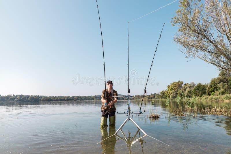 E 有绿色胶靴的渔夫 免版税库存图片