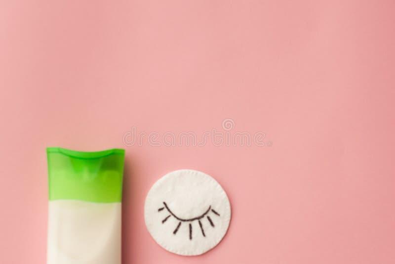 E 桃红色背景 构成撤除 应用关心皮肤透明油漆 顶视图 有选择性 免版税库存图片