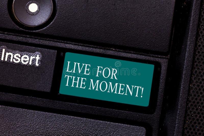 E 概念性照片享受放松的愉快的生活方式是被刺激的键盘键的今天 库存图片