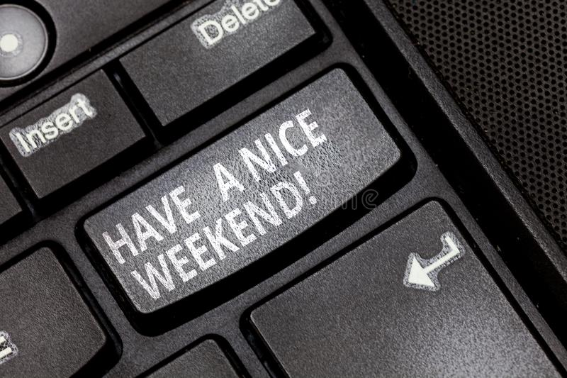 E 概念意思愿望您有好休息日享受时间键盘键 免版税库存图片
