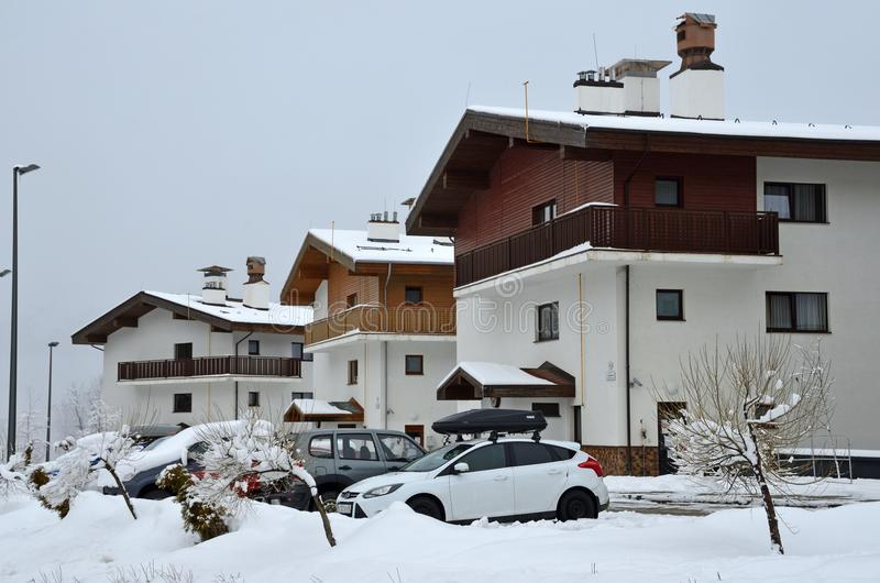 E 汽车在旅馆停放在罗莎的Khutor奥运村在Sulimovka str 免版税库存照片