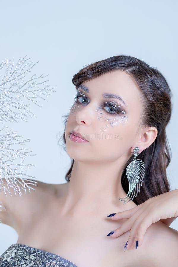 E 现代时尚组成 有晚上的美丽的妇女 免版税图库摄影