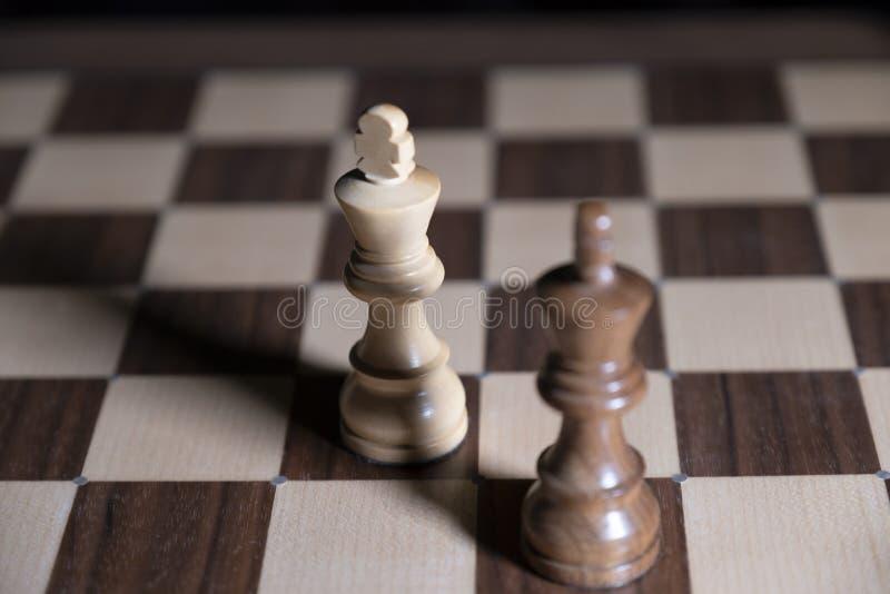 E 白色和黑片断为胜利战斗 中心人物在焦点 免版税库存照片