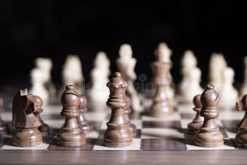 E 白色和黑片断为胜利战斗 中心人物在焦点 库存图片