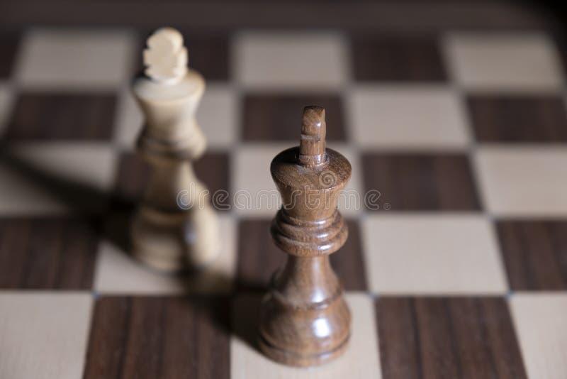 E 白色和黑片断为胜利战斗 中心人物在焦点 免版税库存图片