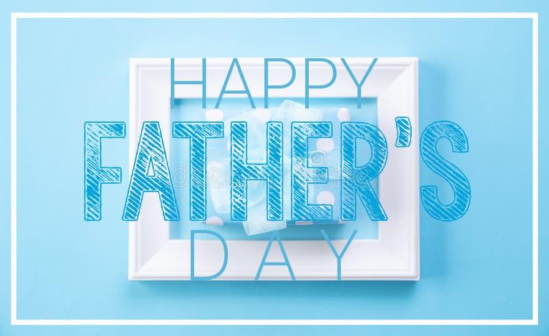 E 相框和礼物盒顶视图有愉快的父亲节文本的在蓝色淡色背景 ??la 图库摄影