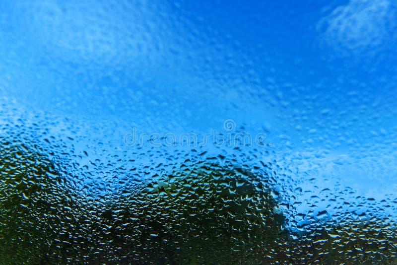 E 窗口外是与云彩的一天空蔚蓝,并且一个绿色森林夏天是好天气 库存图片