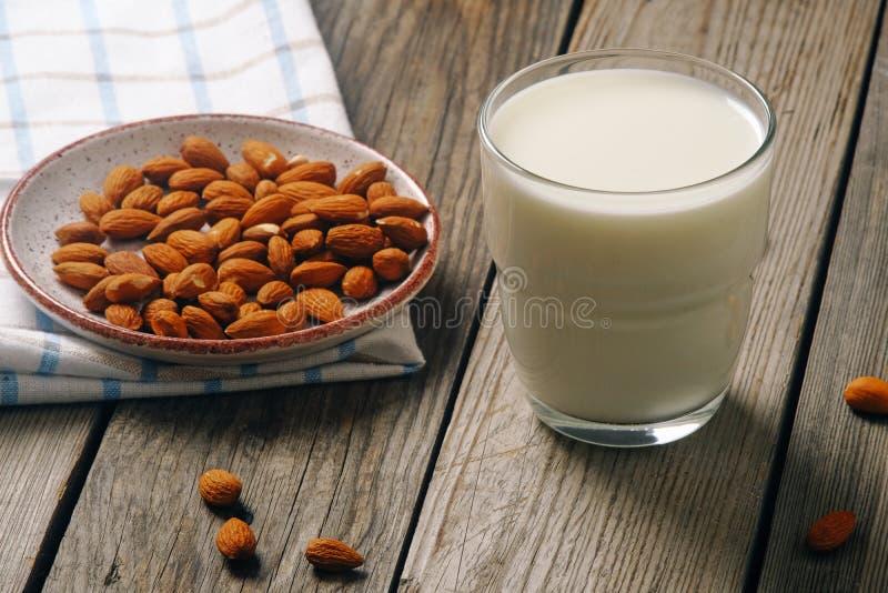 E 素食主义者供选择的食物,不含乳制品的牛奶,干净的吃概念 库存照片