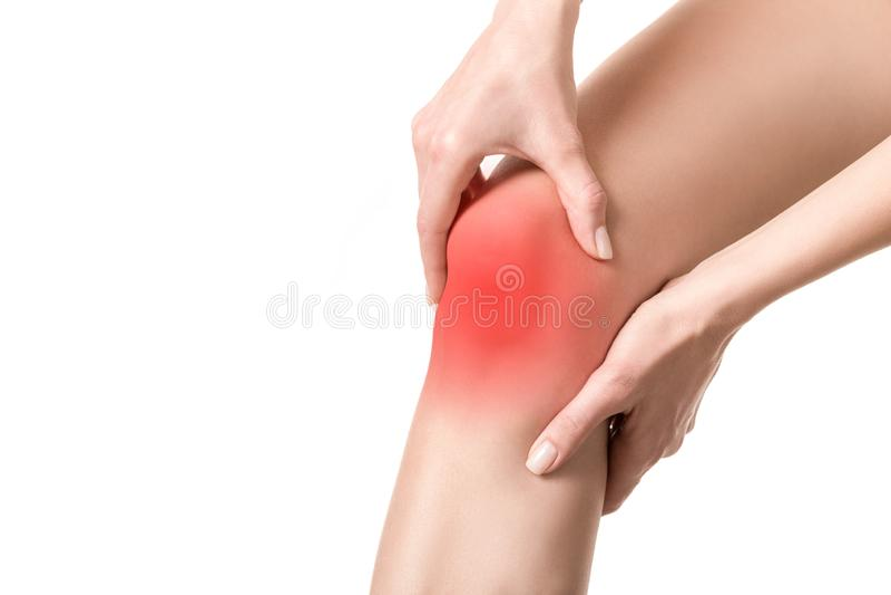 E 红色标志突出的痛处 人用人工接触她的腿 穿着考究的皮肤,关闭 图库摄影