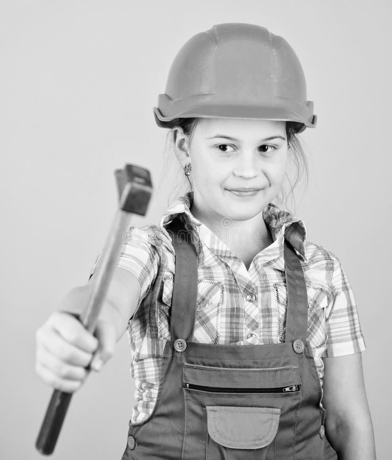 E 5?1? 维修车间 锤子修理在车间的在手中小女孩 r ?? 免版税库存照片