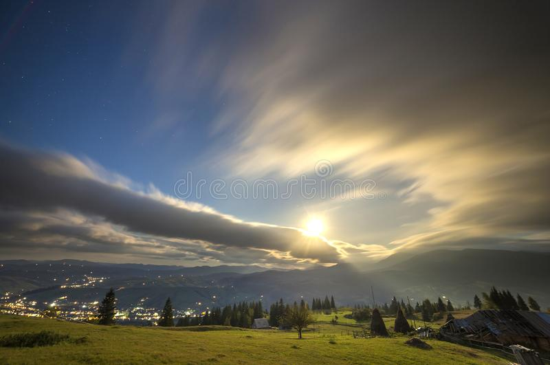 E 绿色象草的山清洁,在蓝色平衡的天空拷贝空间背景的云杉的树,明亮 免版税库存照片